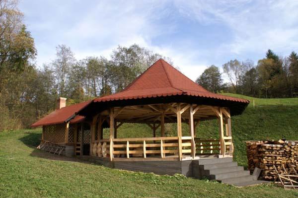 Vindem case din lemn si mobilier gradina
